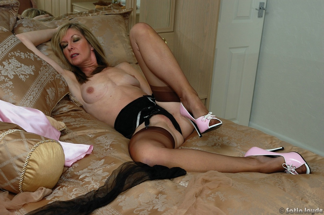 Mom lingerie loving milf shows how sexy the older woman 4